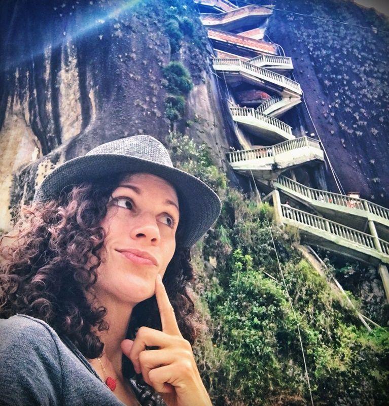 Famosas escaleras para subir al Peñón de Guatepé en Colombia
